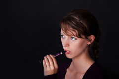 E-cigarette de fumage de jeune femme Image libre de droits