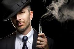 E-cigarrillo masculino de Vaping Foto de archivo