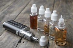 E-cigarros com as garrafas diferentes do reenchimento foto de stock