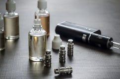 E-cigarros com lotes de garrafas diferentes do reenchimento fotos de stock royalty free