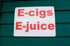 E-clopes et signe de publicité de Vaping d'E-jus images libres de droits