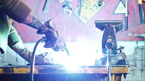 E Close-up do metal de soldadura do trabalhador na garagem video estoque