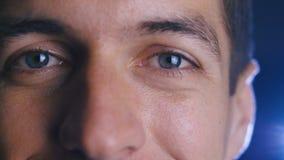 E Close-up van mannelijke ogen stock footage