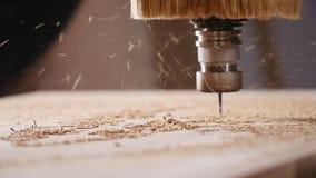 E Cnc malenmachine die, het snijden hout werken stock videobeelden