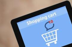 显示在屏幕购物车平的设计网上购物概念和计算机科技e-commer的现代空白的片剂个人计算机屏幕 免版税库存图片