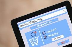 显示在屏幕购物车平的设计网上购物概念和计算机科技e-commer的现代空白的片剂个人计算机屏幕 库存照片