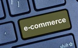 E-Commerce-Wort auf Tastaturknopf Stockbild