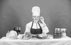 E Conceito culinário da escola A fêmea no avental conhece tudo sobre a arte culinária culinary imagem de stock