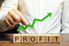 E Conceito do sucesso comercial, do crescimento financeiro e da riqueza Aumente lucros e fotos de stock royalty free