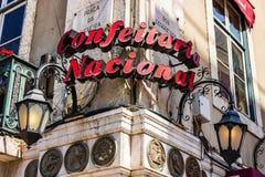 E Confeitaria shoppar det nationella centret, pracada-figueiraen, en av den äldsta sötsaken och bagerit i Lissabon arkivbilder