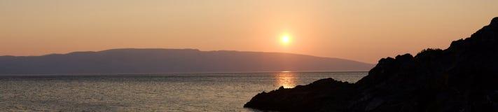 E Coucher du soleil de mer Côte rocheuse images libres de droits