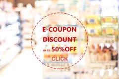 E-coupon, het Webbanner van de kortingscoupon over onduidelijk beeldkruidenierswinkel backgroun royalty-vrije stock afbeelding