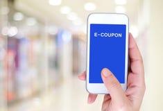E-coupon korting op het slimme telefoonscherm, digitale marketing stock foto's