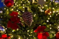 E Czerwone i złote piłki i iluminująca girlanda z latarkami obraz stock