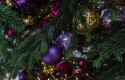 E Czerwone i złote piłki i iluminująca girlanda z latarkami zdjęcie royalty free