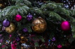 E Czerwone i złote piłki i iluminująca girlanda z latarkami fotografia royalty free