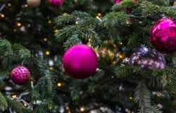 E Czerwone piłki i iluminująca girlanda z latarkami obraz royalty free