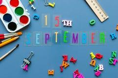 E Dag 15 av månaden, tillbaka till skolabegreppet Kalender på lärare- eller studentarbetsplatsbakgrund med skolan Arkivbilder