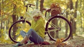 E De vrouw van de herfst Mooie vrouw die in het bos op een dalingsdag loopt r Het concept van de vrijheid r stock footage