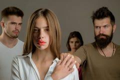 E depresión y muchachas suicidas de las tendencias con dos hombres ( esperanzas imagen de archivo
