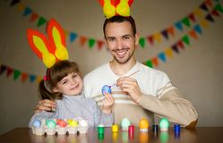 E Dia da Páscoa Modern Family que prepara-se para a Páscoa imagem de stock