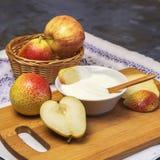 E Dojny produkt Naturalny śmietankowy jogurt w pucharze z świeżej owoc kawałkami, soczystymi dojrzałymi bonkretami, i obraz stock
