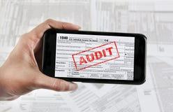 E-dossier d'impôts avec le périphérique mobile photographie stock libre de droits