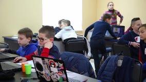 E Educación de niños y de adolescentes C almacen de metraje de vídeo
