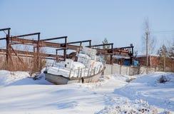 E 2017: Ein altes Boot auf dem Schnee Lizenzfreie Stockfotos