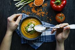 E Ein Mann isst Suppe Veggie-Konzept Richtige Nahrung lizenzfreies stockbild