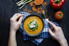 E Ein Mann isst Suppe Veggie-Konzept Richtige Nahrung stockfotos