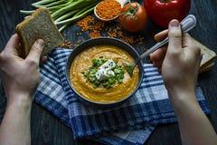E Ein Mann isst Suppe Veggie-Konzept Richtige Nahrung stockbild