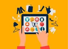 E-Einkaufen Konzept Hände, die eine Tablette mit Einkaufsikonen berühren Stockbilder
