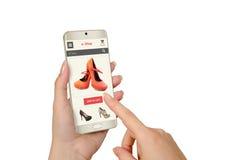 E-Einkaufen mit intelligentem Telefon in der Frauenhand lizenzfreie stockfotos