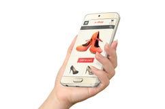 E-Einkaufen mit intelligentem Telefon in der Frauenhand lizenzfreies stockbild
