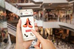 E-Einkaufen mit intelligentem Telefon mit der Frauenhand lizenzfreies stockbild