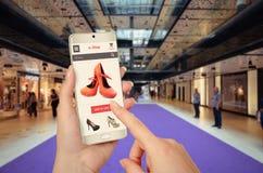 E-Einkaufen mit intelligentem Telefon mit der Frauenhand stockfoto
