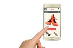 E-Einkaufen mit intelligentem Telefon mit der Frauenhand stockbild