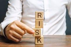 E El concepto de reducir riesgos posibles Seguro, ayuda de la estabilidad r fotos de archivo