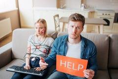 E El sentarse en el sof? Envuelto con el cord?n Manos en el teclado Reh?n de medios sociales imagenes de archivo