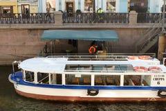 E Embarcation de plaisance sur le canal au centre de la ville photographie stock libre de droits