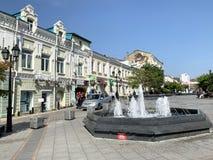 E En av springbrunnarna p? gatan f?r amiral Fokin i Vladivostok i v?r royaltyfri foto