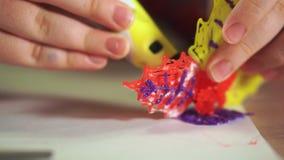 E Er benutzt einen Stift 3D stock video