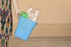E A fêmea recolheu garrafas plásticas e guardar o escaninho de reciclagem Espa?o livre imagens de stock