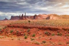 在纪念碑谷的独特的小山在犹他状态,美国 E-F的阳光 库存图片