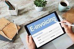 E-facturation, opérations bancaires en ligne et paiement Concept de technologie et d'affaires image libre de droits