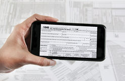 E-fichero del impuesto con el dispositivo móvil Fotos de archivo