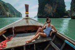 E Flickan p? turnerar av ?arna av Thailand   Flickafl?tena p? a royaltyfri fotografi