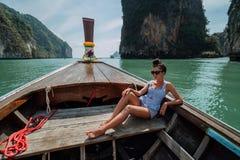 E Flickan p? turnerar av ?arna av Thailand   Flickafl?tena p? a arkivfoto