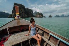 E Flickan p? turnerar av ?arna av Thailand   Flickafl?tena p? a arkivbild